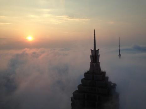 تفسير حلم ركوب الغيوم , بناء بيت أو قصر فوق السحاب في المنام