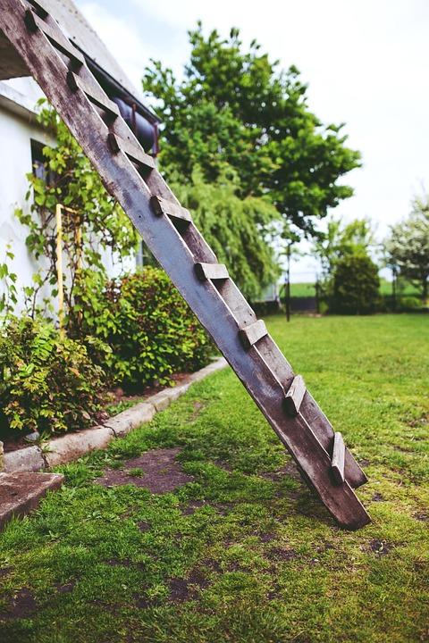 تفسير حلم رؤية صعود وتسلق نزول سلم خشب أو حديد في المنام