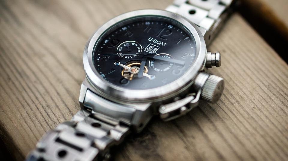 تفسير حلم رؤية الساعة ساعة اليد الحائط هدية في المنام