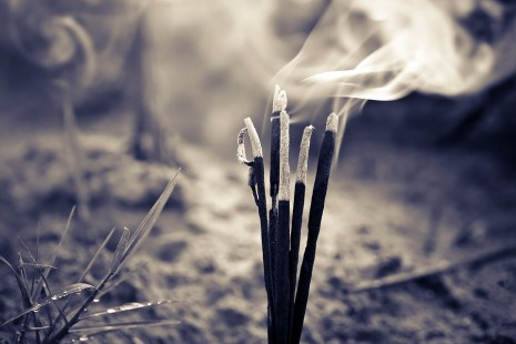 تفسير حلم رؤية البخور أو تصاعد الدخان من العود في المنام