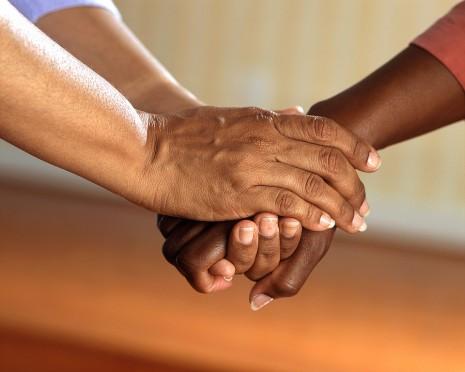 تفسير رؤية تقبيل يد شخص أو الميت والمتوفي في الحلم و المنام