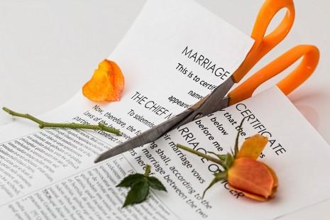 رؤية الطلاق أو من يرى أنه يطلق الزوجة في المنام