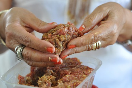طريقة عمل وتحضير وجبة الكباب المشوي على الفحم اللذيذة