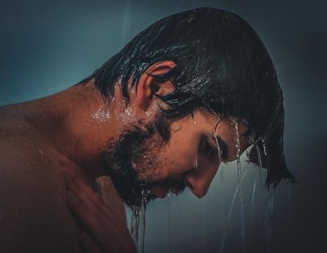 فوائد واضرار استخدام الماء البارد في الاستحمام