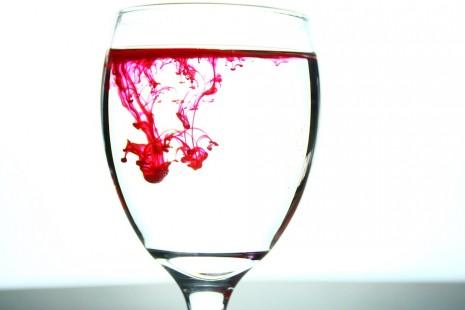 تفسير رؤية شرب دم الحيض في الحلم للمرأة والرجل