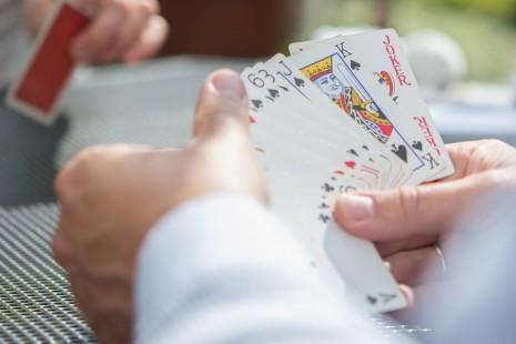 رؤية لعب الورق أو الشدة في المنام